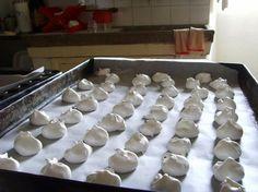 La ricetta delle meringhe è un classico  della pasticceria italiana ed è un dolce  molto versatile. Può essere gustata da sola come piccolo pasticcino, oppure può costituire una base per la cosiddetta torta meringata.