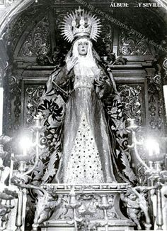 En fotografía del año 1930, vemos a la Esperanza Macarena en su añejo camarín del templo de San Gil...