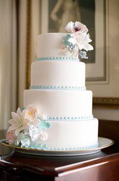 Bolo branco clássico com detalhes em azul.