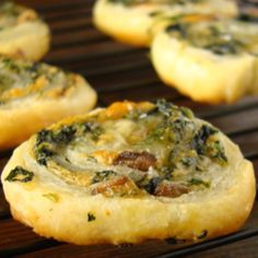Spinach, Gouda & Mushroom Pinwheels I'm really surprised this is a Paula Deen recipe.healthy for her. Recipe at www. Finger Food Appetizers, Yummy Appetizers, Appetizers For Party, Appetizer Recipes, Appetizer Ideas, Paula Deen, Tapas, C'est Bon, Dessert