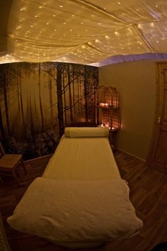 Net/string lights with sheer/translucent overlay - MASSAGE Massage Room Decor, Spa Room Decor, Massage Therapy Rooms, Home Spa Room, Spa Rooms, Spa Design, Spa Room Ideas Estheticians, Esthetics Room, Spa Treatment Room