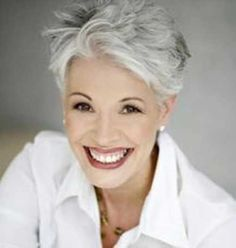 Looking for cool and modern pixie hairstyles for older women? In our gallery you will find images of Cool Pixie Haircut for Older Ladies that you will adore Short Grey Hair, Short Hair Cuts For Women, Short Silver Hair, Short Wavy, Corte Y Color, Aging Gracefully, Great Hair, White Hair, Hair Dos