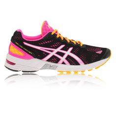 Ontworpen voor snelle trainingen en wedstrijden, de lichtgewicht ASICS GEL-DS TRAINER 19 Women's Running Shoes zijn voorzien van de Dual Density DuoMax systeem dat een uitstekende ondersteuning van de voetboog en demping voor meer dan hardlopers biedt. Deze editie bevat Guidance Line, een flex groef die langs de gehele zool die een efficiënter verloop gait moedigt loopt.  Andere opvallende kenmerken zijn de Propulsion Plate op de zool van de voorvoet, zorgt voor een uitstekende stabilite...