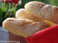 "Bagette er et fransk brød, som er karakteristisk i formen ved at det er langt og slankt (""pinne"" på fransk). Bagetter er anvendelig som tilbehør til nesten all slags mat. Den kan også nytes som…"