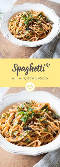 Purer Pastagenuss: Spaghetti in würziger Tomatensauce mit Knoblauch, Sardellen, Kapern und Oliven.