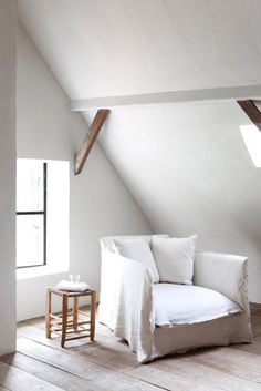 The white. And the shades of the wood become protagonists. A house to take inspiration from, furnished with great taste and charm. The result is a warm, welcoming and relaxing. Perfect to feel at home. Il bianco. E le sfumature del legno che diventano protagoniste. Una casa da prendere da ispirazioni, arredata con grande gusto …