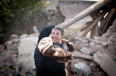 이란 북서쪽 바르자콴 마을에서 지난 12일(현지시간) 한 아이가 엄마 품에 안겨 울고 있다. 이란은 전일 6.0 규모의 지진이 두 차례 발생하면서 현재까지 227명이 사망하고 1380명이 부상을 입은 것으로 알려졌다.