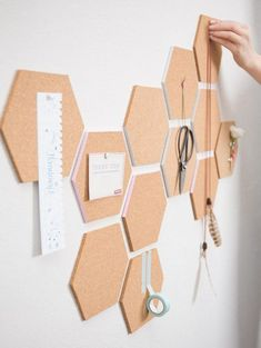 DIY-Anleitung: Waben-Pinnwand aus Kork selber machen / cork pinboard for your wo. - DIY-Anleitung: Waben-Pinnwand aus Kork selber machen / cork pinboard for your workspace, wall decora - Diy Wand, Mur Diy, Tumblr Rooms, Creation Deco, Aesthetic Rooms, Diy Door, Design Crafts, Diy Crafts, Honeycomb