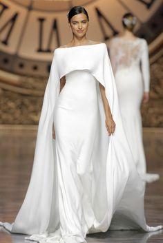 Robe de mariée blanche et toute simple, fluide, signée Pronovias. Voir tous nos modèles pour un mariage en hiver