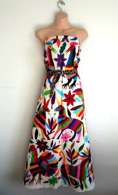 Hermoso vestido Novia Otomi...hermoso! Los bordados otomies son preferidos de muchas celebridades Internacionales. Perfecto tambien para la playa o solamente para estar fresca este fuerte verano. Dibujado y Bordado a mano, ORIGINALISIMO en multicolor. Cada articulo aqui mostrado tienen un
