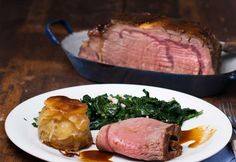 Roast beef with leaf spinach Beef Recipes, Cooking Recipes, Kitchen Images, Spinach, Steak, Pin Boards, Coffin, Acrylic Nails, Unicorn