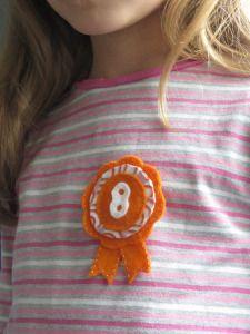 Felt birthday badge – DIY tutorial – La Creature and you Classroom Birthday, Birthday Badge, 8th Birthday, Birthday Parties, Pink Patterns, Fabric Patterns, Big Knits, Orange Pattern, Running Stitch