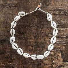 Cowrie shell hemp choker Informations About Kauri Muschel Hanf Choker Gypsy Jewelry, Dainty Jewelry, Cute Jewelry, Jewelry Accessories, Jewelry Necklaces, Jewlery, Bracelets, Initial Necklaces, Bohemian Jewellery