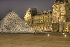 Le musée du Louvre, situé au cœur de Paris, est le plus grand musée Parisien  Il comporte 300 000 œuvres et près de 35 000 sont exposées sur une surface d'environ 160 000 m2. Le reste des œuvres étant exposées aux musées d'Orsay pour la période allant de 1848 à 1914 et au centre d'Art Contemporain Georges Pompidou pour la période allant de 1914 à aujourd'hui.