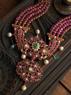 Gold Jewelry Rules Everything – Gold Jewelry for any purpose Indian Jewelry Earrings, Indian Wedding Jewelry, Emerald Jewelry, Rose Gold Jewelry, Antique Earrings, Wedding Jewelry Sets, Temple Jewellery, Beaded Jewelry, Diamond Jewellery