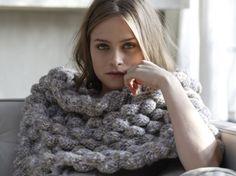 Mode et pratique tricotez vite ce bandeau épaules de chez Phildar. Pas à pas, suivez les étapes de réalisation de ce modèle de tricot et portez-le tout...