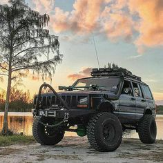 Swamp King Jeep Cherokee XJ - https://www.pinterest.com/dapoirier/4x4-and-trucks/