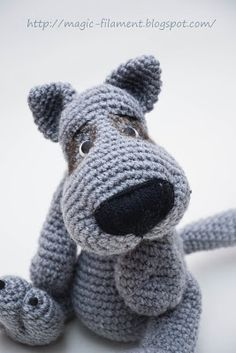 Wolf Amigurumi - Free Russian Pattern here: http://magic-filament.blogspot.com.es/2012/11/blog-post_23.html
