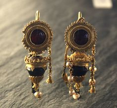 Gold, garnet and Pearl Earrings  200 BC,roman Musee du Louvre