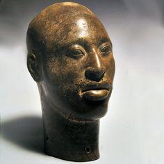 """""""La serenidad, la templanza o la armonía son algunos de los rasgos de carácter que adornan esta y otras bellas cabezas de cobre desenterradas en 1938 al excavar una casa en el Complejo Wunmonije, en Nigeria. Son sólo algunas muestras del arte de Ife, ciudad espiritual de la etnia yoruba entre los siglos IX y XV."""""""
