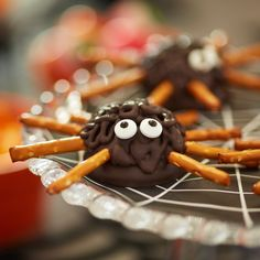 These creepy crawlers make the perfect Halloween treat! Share them with friends and family or serve them at your Halloween party. Halloween Appetizers, Halloween Desserts, Halloween Treats, Fall Halloween, Halloween 2020, Halloween Stuff, Halloween Foods, Halloween Cupcakes, Halloween Pretzels