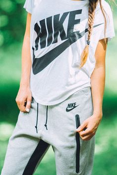 Cozy and comfortable. Conquer the day in light, simple layers. The Nike Signal Tee.