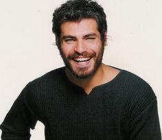 """Thiago Ribeiro Lacerda (Recreio, 19 de enero de 1978), es un actor brasileño. En 1998 a menos de un año de estrenar en la Red Globo, es escogido entre 40 candidatos para interpretar el papel de Aramel, el Bello, de la miniserie """"Hilda Huracán"""".Al año siguiente obtiene el papel protagonista en la novela """"Terra Nostra"""", siendo así en este punto donde su carrera despega y se convierte en el ídolo de generaciones adolescentes."""