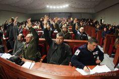 ウクライナ東部ドネツク(Donetsk)で、占拠した行政庁舎内で「共和国」樹立について採決する親ロシア派の活動家たち(2014年4月7日撮影)。(c)AFP/ALEXANDER KHUDOTEPLY ▼7Apr2014AFP|親ロシア派、東部ドネツクで「共和国」樹立を宣言 ウクライナ http://www.afpbb.com/articles/-/3011953 #eastern_Ukraine #Donetsk
