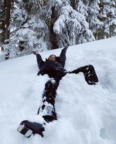 Mode Au Ski, Shotting Photo, Ski Season, Winter Pictures, Winter Christmas, Modern Christmas, Christmas Time, Christmas Decor, Winter Wonderland