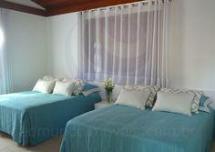 Quatro suítes mobiliadas e decoradas com enxovais coordenados acomodam moradores e convidados com máxima privacidade.