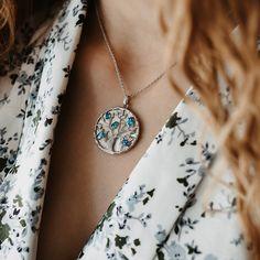 Diese silberne Halskette beeindruckt durch ihren Anhänger mit dem Symbol des Lebensbaumes aus Sterling Silber. Der schimmernde Perlmutt-Hintergrund bringt das Natursymbol zusätzlich zum Strahlen. Gekonnt veredelt wird deine Schmuckkette durch die farbenfrohen Edelsteine in hochwertiger Qualität. Washer Necklace, Pendant Necklace, Tree Of Life, Chain, Poems, Silver, Jewelry, Spring, Fashion