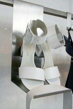 @vicmatie  Un sandalo così fa presto a diventare insostituibile nel nostro guardaroba estivo! #leaboutique #milano #vicmatie #madeinitaly #summer #shoes #fashion #white