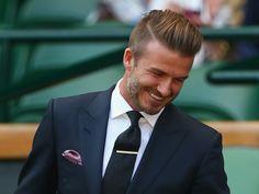 david backam in uno dei suoi look più recenti e affascinanti, con un abito molto elegante