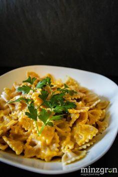 Mit Kürbis kann man unwahrscheinlich viel anstellen: warum also nicht mal mit Pasta kombinieren, schließlich ist Tomatensauce auf Dauer auch langweilig. ;-) Diese cremige und leicht scharfe Sauce ist genau das richtige für verregnete, graue Herbsttage! Für 2 Personen: 350g Pasta 1/2 Butternut...