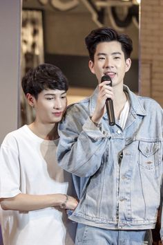 I LOVE their height difference Bad Romance, Romance And Love, Theory Of Love, Asian Love, Lgbt Love, Cute Gay Couples, Aesthetic Boy, Thai Drama, Secret Love