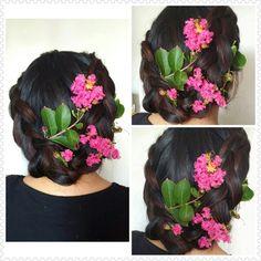 Peinado trenzado adornado con flores naturales