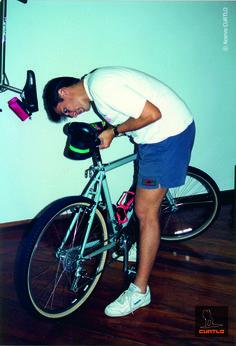 Fernando Oliveira, fundador da CURTLO, fazendo os ajustes finais no primeiro modelo de bolsa de selim da marca. A bicicleta da foto existe até hoje! Na época, ela era usada pelo Fernando para correr as provas de downhill que participava.