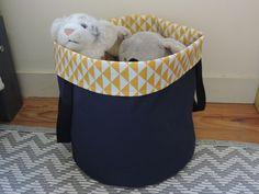 panière à linge ou panier à jouet bleu marine et jaune : Chambre d'enfant, de bébé par happyaime