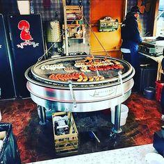 Instagram media by metzgereikellerag - Unser genialer Rundgrill im #wienachtsdorf foto by @stefanjoksimovic92 #metzgereikeller #metzgerei #zürich #xmas #wiedikerli #bratwurst #foodporn #food #züribyron @ron_orp_zurich