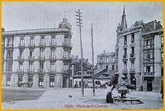 """Plaza del Carmen en 1906,en el centro La fuente de """"Los Papinos"""" que se la bautizó así debido a que """"cada caño tenía la cabeza de un niño con los papos hinchados"""". En la foto, además, se ve a la izquierda el edificio del hotel-restaurante Salomé en cuyos bajos estaba el Café del Carmen y en los pisos el Restaurante y hotel Salome Esta fuente con el nombre de la Barquera fue trasladada de la Plaza del Marqués a la Plaza del Carmen para dejar sitio a la estatua de Pelayo. El tra"""