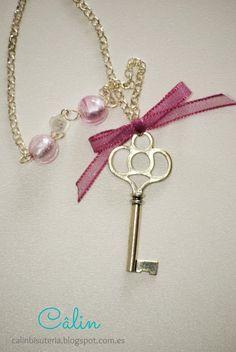 Collar plateado con colgante de llave, lazo de organza rosa y bolas de vidrio rosa y blanco - http://calinbisuteria.blogspot.com