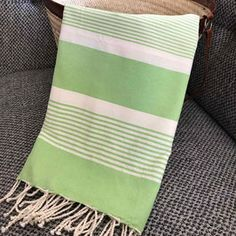 Fouta drap de plage à rayures bi-couleurs Turkish Cotton Towels, Woven Scarves, Weaving Projects, Weaving Patterns, Loom Weaving, Knitted Shawls, Tea Towels, Beach Towel, Stripes