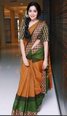 ramya at sathyam cinemas in brown and green designer saree Ramya VJ and her love for Saree's Cotton Saree Blouse Designs, Saree Blouse Patterns, Pattern Blouses For Sarees, Sambalpuri Saree, Silk Sarees, Handloom Saree, Indian Sarees, Kerala Saree, Net Saree
