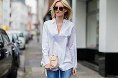 """オーバーサイズの白シャツを選んでエフォートレスに見える""""白シャツデニム""""コーデ"""