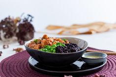 Diese Poke Bowl mit mariniertem Wildlachs, schwarzem Karfiol Reis und Erbsen ist so einfach & schnell gemacht, zudem super lecker & gesund! Low Carb Meal, Food Styling, Food Photography, Food And Drink, Tableware, Ethnic Recipes, Super, Gluten Free Recipes, Raw Salmon