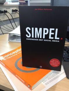 #boek #socialmedia | Boek kado gekregen van collega. Simpel. Zakendoen met social media door @jwalphenaar