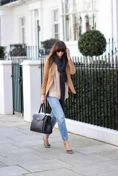 city break/weekend away style Levis boyfriend jeans, camel blazer, chunky knit, tan court shoes, weekend bag EJStyle - Emma Hill