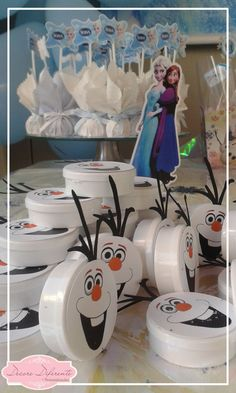 Personalizamos as latinhas com qualquer tema de sua preferência  Latinhas brancas confeccionadas com folhas 180g e folhas de scrap;    Não incluso os recheios dentro da latinhas.    Quantidade mínima: 20 latinhas.    O prazo de produção pode variar de acordo com a quantidade solicitada.    Faça s... Frozen Themed Birthday Party, Disney Frozen Birthday, Frozen Birthday Party, 6th Birthday Parties, Frozen Party, Birthday Party Decorations, Summer Crafts For Kids, Christmas Crafts For Kids, Festa Frozen Fever