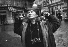 """Letizia battaglia -   Quando va in giro per Palermo la fermano, l'abbracciano. «Quando ero deputata alla Regione tutti mi chiamavano onorevole e io alzavo il dito medio della mano e rispondevo """"Tié"""". Gli onorevoli di solito vengono chiamati onorevoli anche quando non sono più in carica, a me invece continuano a salutarmi sempre nello stesso modo: """"Ciao Letizia""""...». Ciao Letizia."""