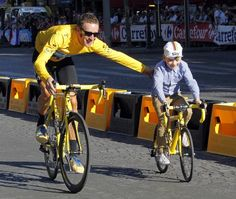 Sky Procycling rider and leader's yellow jersey Bradley Wiggins of Britain rides with his son Ben on the Champs Elysees after winning the Tour de France cycling race in Paris, July 2012 Paris Pictures, Pictures Of The Week, Kids Cycle, Bradley Wiggins, Bicycle Race, Racing Bike, Team Gb, Cycling Art, Road Bike